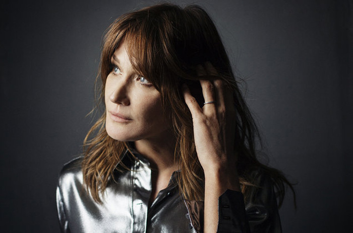 """Carla Bruni annuncia l'uscita del nuovo album """"French Touch"""""""
