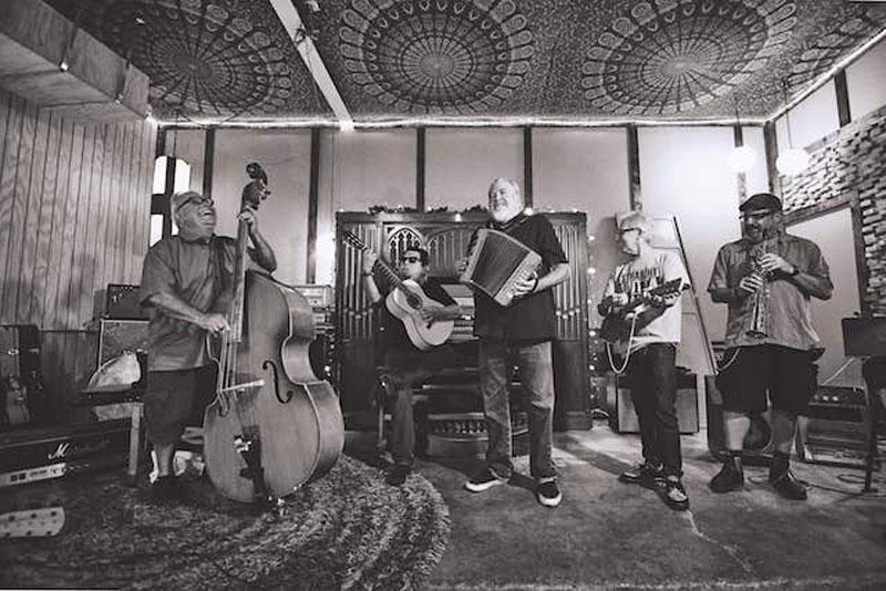 Los Lobos annunciano il primo album natalizio in uscita il 4 ottobre